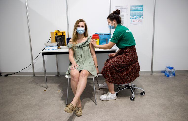Het hoge aantal vaccinaties heeft veel corona-ellende voorkomen, aldus epidemioloog Suzan van den Hof. Beeld Arie Kievit