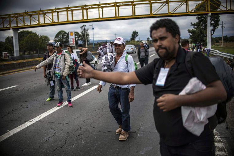 Migranten uit Honduras op weg naar de VS proberen een lift te krijgen in Mexico.