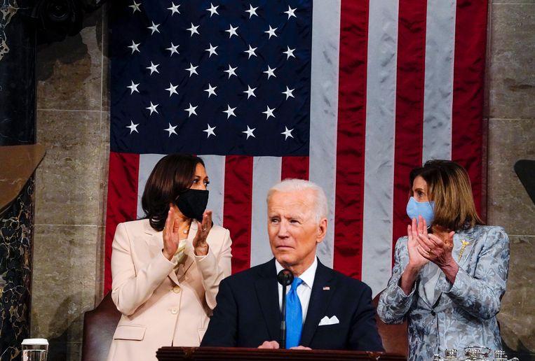 Vicepresident Kamala Harris en voorzitter van het Huis van Afgevaardigden Nancy Pelosi met president Joe Biden, die het Congres toespreekt. Beeld AP