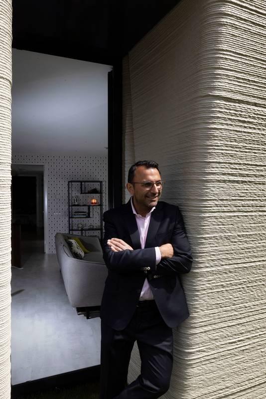 Wethouder Yasin Torunoglu van de gemeente Eindhoven bij de 3D-geprinte woning in Meerhoven.