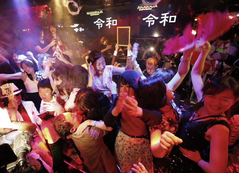 1 mei 2019: dikke ambiance in nachtclub Maharaja in Tokio, waar het aantreden van de nieuwe keizer Naruhito wordt gevierd. Beeld Kyodo News via Getty Images
