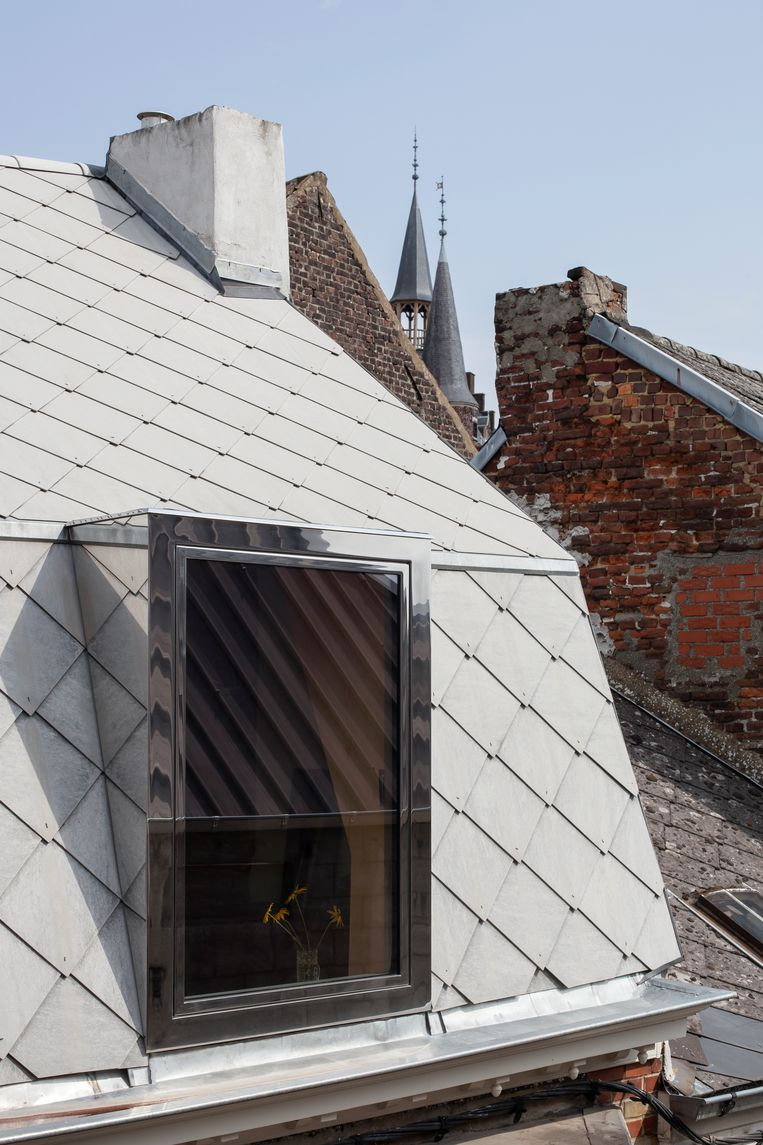 In het dak kwam een nieuwe, ambachtelijk gemaakte dakkapel van gepolijste inox.  Beeld Johnny Umans
