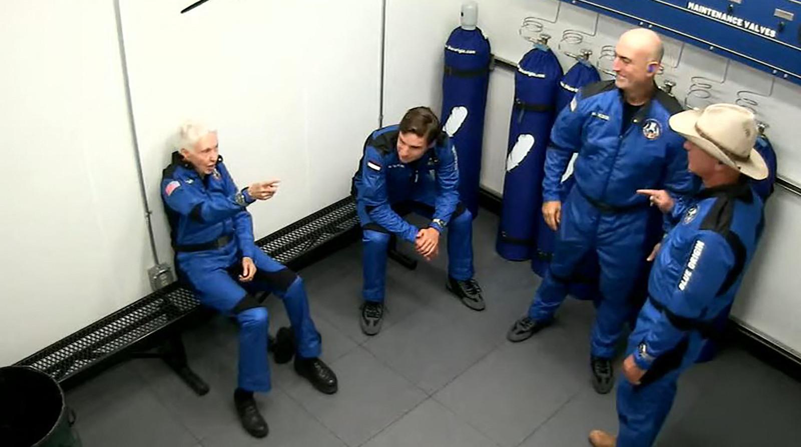 De vier vlak voordat ze het ruimtevaartuig ingaan.