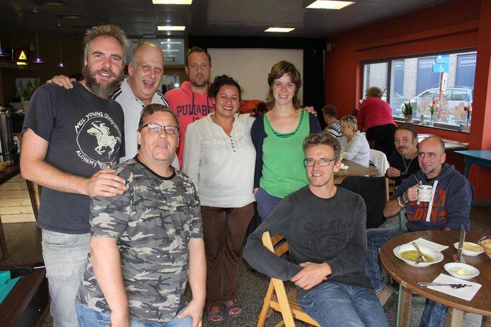 Lander en Liesbeth van Parol en Jorgen van Straathoekwerk met buurtbewoners in De Living.