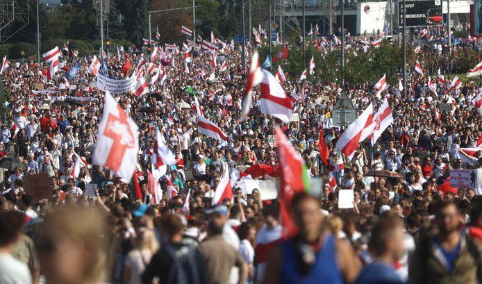 Demonstranten met de oude vlag van Belarus.