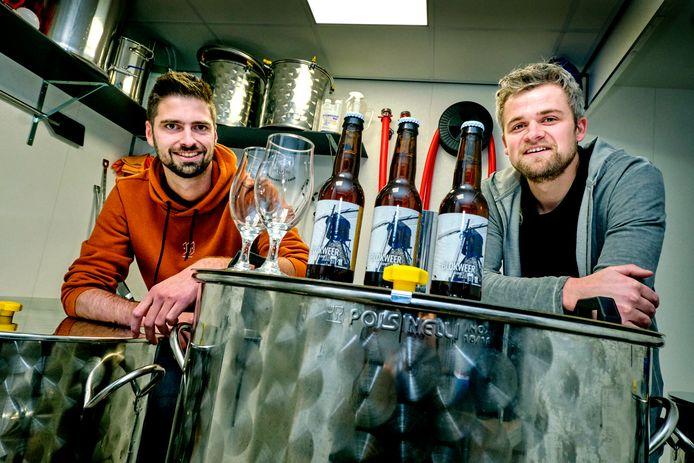 """Rick Janse (links) en Huibert van Buren in hun brouwerij in Nieuw-Lekkerland. ,,We proefden onze Blond en dachten: dít is het!"""""""