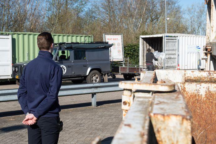 Handhaving van de coronaregels moet weer strenger van de regering. Zoals in maart, toen er speciaal toezicht was bij de milieustraat in Breda.