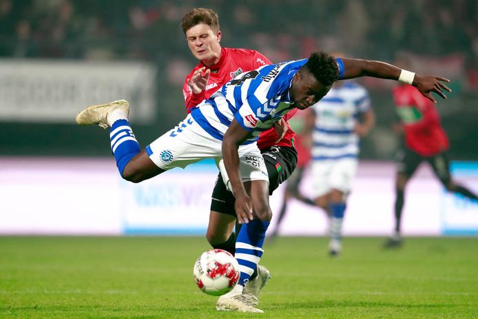 Leeroy Owusu van De Graafschap in duel met Bas Kuipers van NEC.