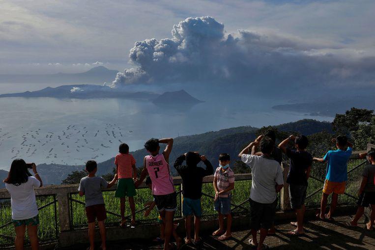 Inwoners kijken naar de uitbarsting van de vulkaan. Beeld REUTERS