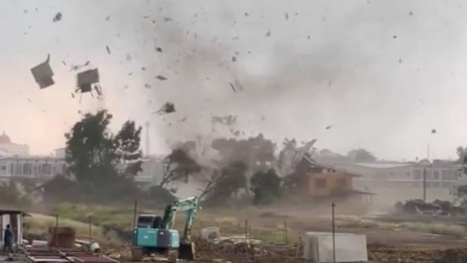 Spectaculaire beelden van tornado die huizen vernielt in Thailand