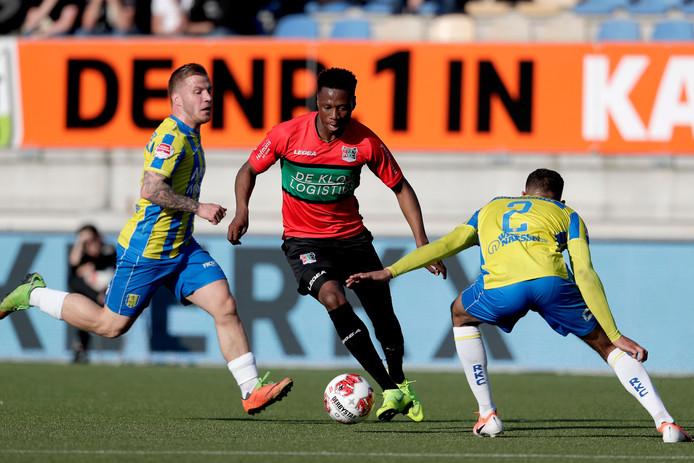 NEC-speler Jonathan Okita in actie tegen RKC Waalwijk.
