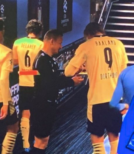 Voici la raison pour laquelle un arbitre a fait signer ses cartons à Haaland après City-Dortmund