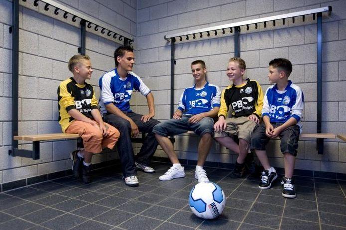 Jeugdspelers van FC Den Bosch in verschillende leeftijdsgroepen krijgen aan de Jan Sluytersstraat hun voetbalopleiding.