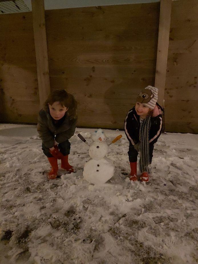 Keano en  Danique bouwden hun eigen Olaf in Ede.