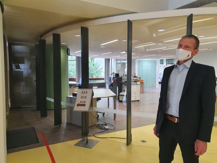 Directeur Johan Mutert in de inkomhal van het Provinciaal Vormingscentrum Malle.