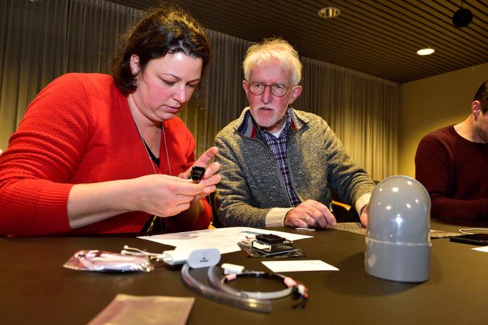 Geïnteresseerden die willen meehelpen met metingen vuile lucht, zetten onder leiding van Peter Jansz van de milieuraad Bodegraven-Reeuwijk hun eigen luchtmeter in elkaar.
