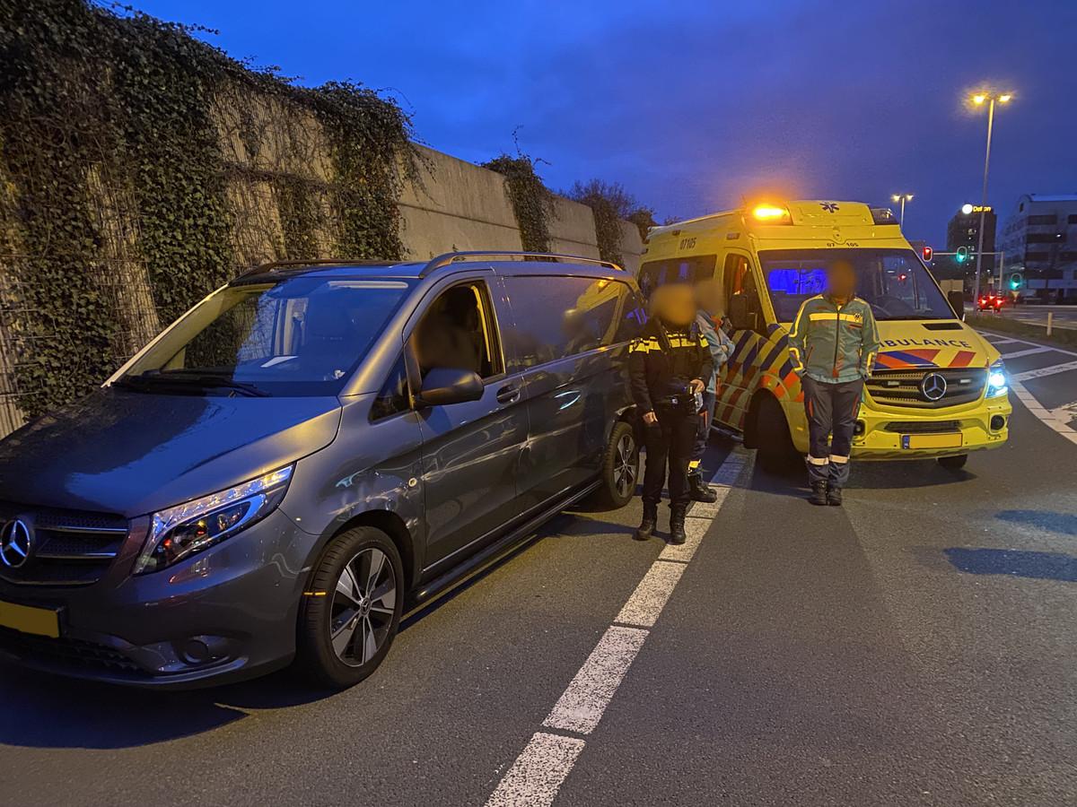 Ambulancepersoneel heeft zaterdagnacht op de A12 bij Veenendaal een slingerende auto van de weg geplukt. De bestuurder bleek onder invloed van drugs.