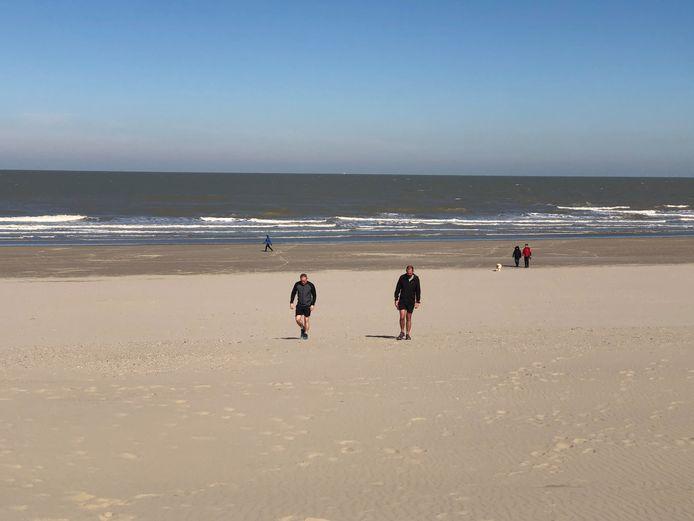 Wandelaars vorig weekend op het strand.