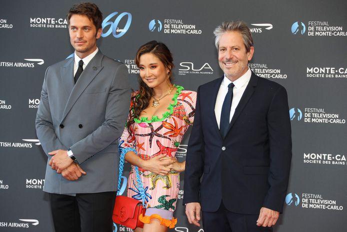 """Les stars de la série """"Emily in Paris"""", Lucas Bravo et Ashley Park accompagnaient Darren Star."""