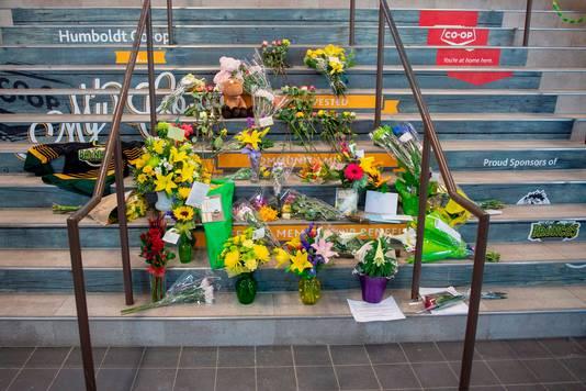 Bloemen ter nagedachtenis aan de slachtoffers van het ongeluk op de trappen van het stadion van de Broncos.