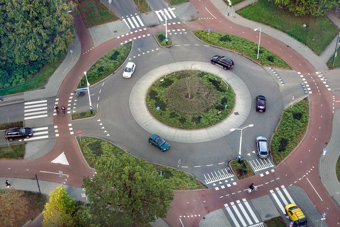 Hebben fietsers wel of niet voorrang? En zet je je linker knipperlicht wel of niet aan als je de rotonde driekwart neemt?