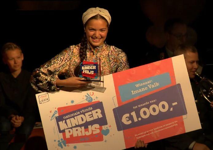 Imane Valk met de Nationale vfonds Kinderprijs.