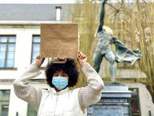"""Leerlingen Gentse kunstschool trekken papieren zak over hun hoofd uit protest tegen onderwijshervorming: """"Kunst geeft me zelfvertrouwen"""""""