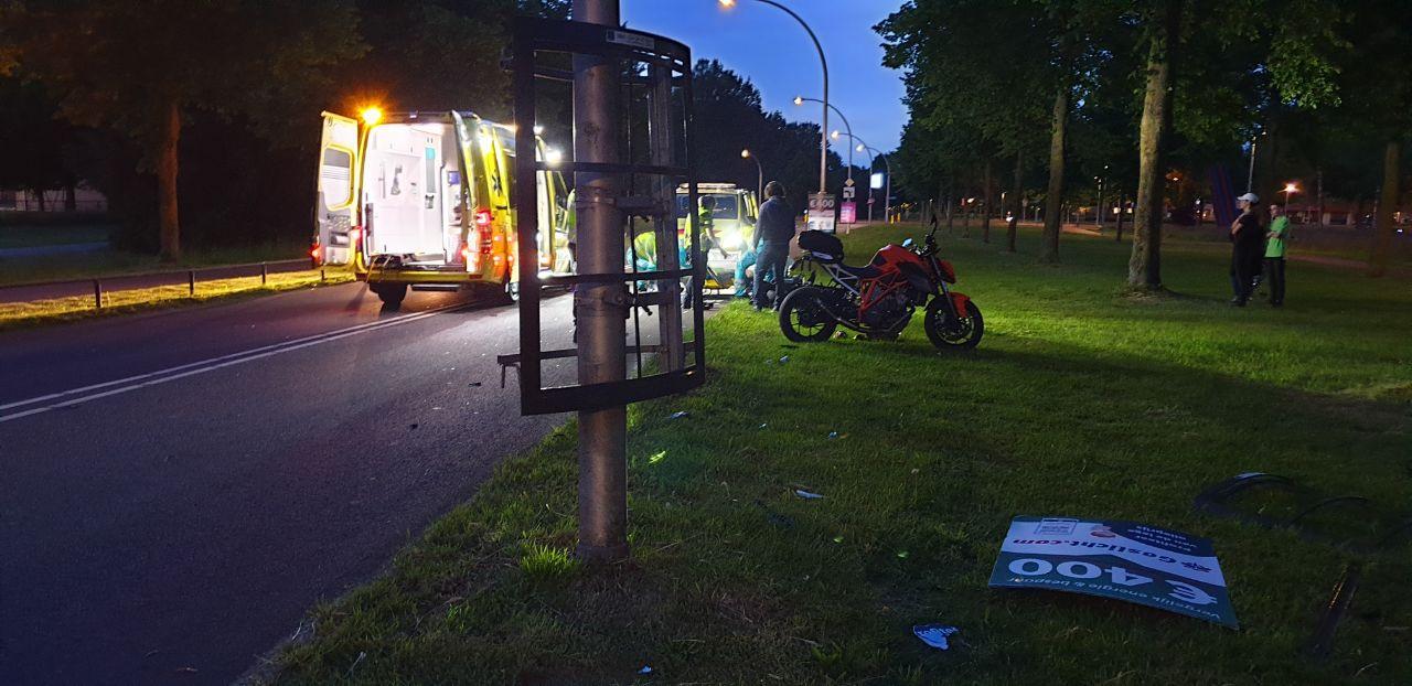 De vrouw raakte om nog onduidelijke reden een reclamebord en raakte gewond.