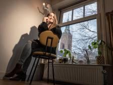 Ineke (31) kan vanaf haar bank genieten van ongemakkelijke dates