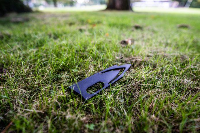 Een beschermhoes van een mes op het grasveld naast het Thomas a Kempis College in Arnhem, waar donderdagmiddag een steekpartij plaatsvond