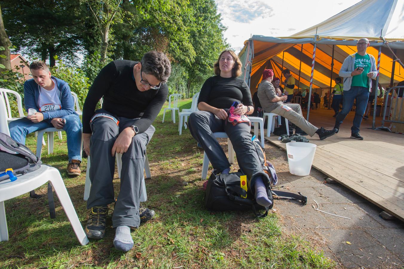 Jasper en Ans Harthoorn rusten bij de laatste post in Dongen-Vaart.