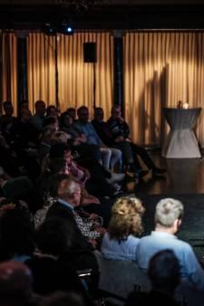 Glimmende Henk Hofstede vraagt mee te zingen nu een volle zaal weer mag