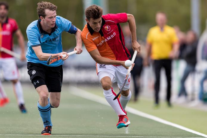 De nieuwe Argentijnse OR-spits Lucas Martinez (r) in duel met Seve van Ass van HGC.