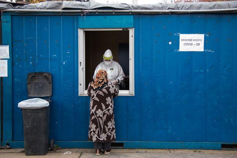 Een vrouw meldt zich bij een testlocatie in het Slovaakse Prešov. Beeld Getty Images
