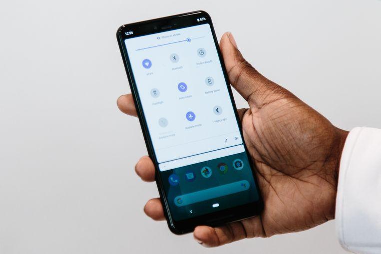 Google heeft een tipje van de sluier opgelicht voor zijn nieuwste smartphone. De Pixel 4 is te ontgrendelen met gezichtsherkenning, wat Apple al heeft met de Face ID in iPhones. Daarnaast is hij met handgebaren te bedienen, gebruikers hoeven het toestel niet meer aan te raken om te swipen. Beeld EPA