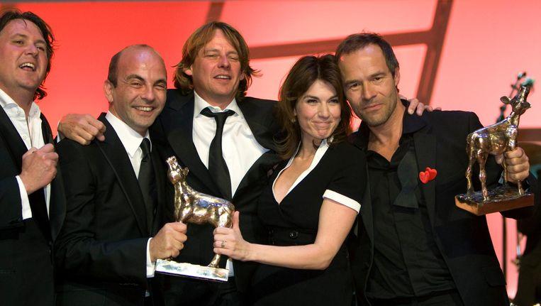 Job Gosschalk (tweede van links) in 2008 met het Gouden Kalf dat hij won voor Alles is Liefde, met Jeroen Beker, Frans van Gestel, Kim van Kooten en Joram Lürsen. Beeld anp