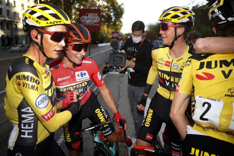 Jonas Vingegaard, Primoz Roglic, Sepp Kuss en andere leden van Jumbo-Visma vieren de Vuelta-eindzege in Madrid. Beeld Photo News