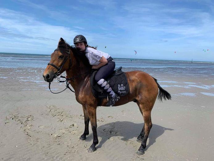 Noémie (14) op haar vermiste paard Un Black Imprévu. Het dier is al sinds donderdagnamiddag spoorloos.
