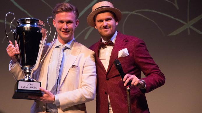 Winnaar Martijn Polinder van de Talant Award van de Sociëteit Jong Ondernemend Arnhem SJOA en voorzitter Marwin Melis.