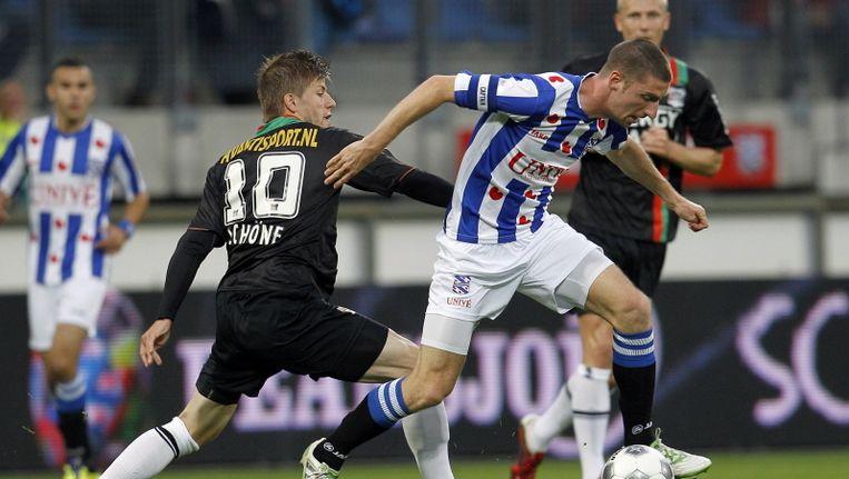 SC Heerenveen-verdediger Arnold Kruiswijk worstelt zich langs Lasse Schöne van NEC. Beeld