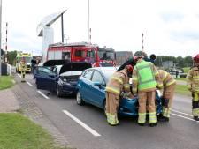 Drie auto's botsen op elkaar bij Vollenhoverbrug