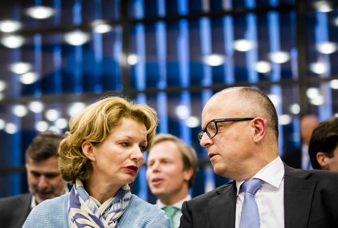 Marjan van Loon (Ceo Shell) en Rolf de Jong (directeur Benelux Exxon Mobil) tijdens de hoorzitting in de Tweede Kamer.