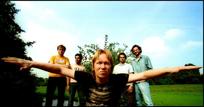 Van Dik Hout in 2002, met voor zanger Martin Buitenhuis.