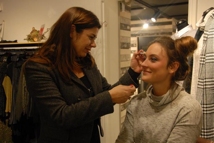 Visagiste Chantal van der Zandt zorgde ervoor dat Sanne de Brouwer tip-top op de mini-catwalk in de Ridderstraat verscheen.