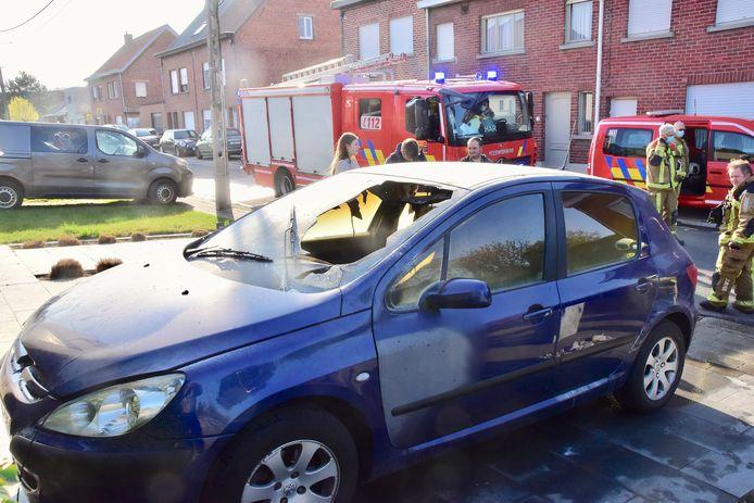 De Peugeot 308 is reddeloos verloren door de brand, in de Hoogstraat in Kuurne.