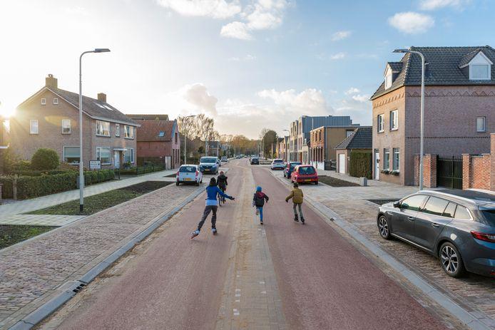 Snelfietspaden zijn er al in andere plaatsen, of ze komen eraan. Op deze foto spelen kinderen op de nieuwe Wouwseweg in Roosendaal waar Snelfietspad F58 komt.
