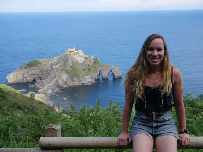 Lara Heijboer in Spanje voor de trappen van San Juan Gaztelugatxe.