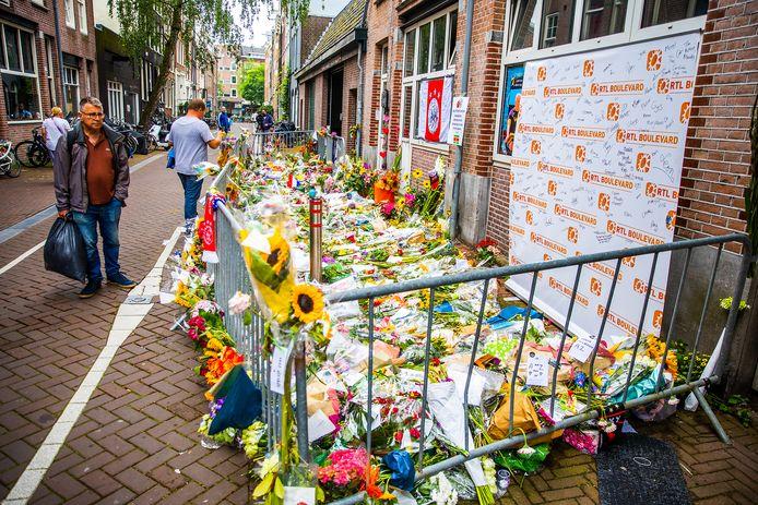 De bloemenzee voor misdaadverslaggever Peter R. de Vries in de Lange Leidsedwarsstraat in het centrum van Amsterdam.