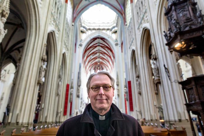 Bisschop Gerard de Korte in de banken van zijn Sint Jan, die elke dag de deuren open heeft staan.