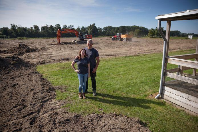 Sylvia Rutte en Klaas Smit op de hoek van het bestaande kampeerterrein en het uitbreidingswerk achter hen.